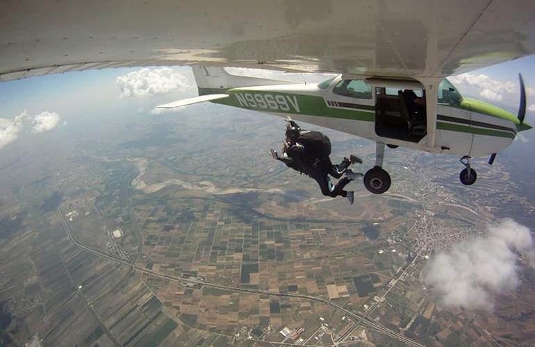 Saut en parachute tandem de 3500m thessalonique for Saut en parachute salon de provence