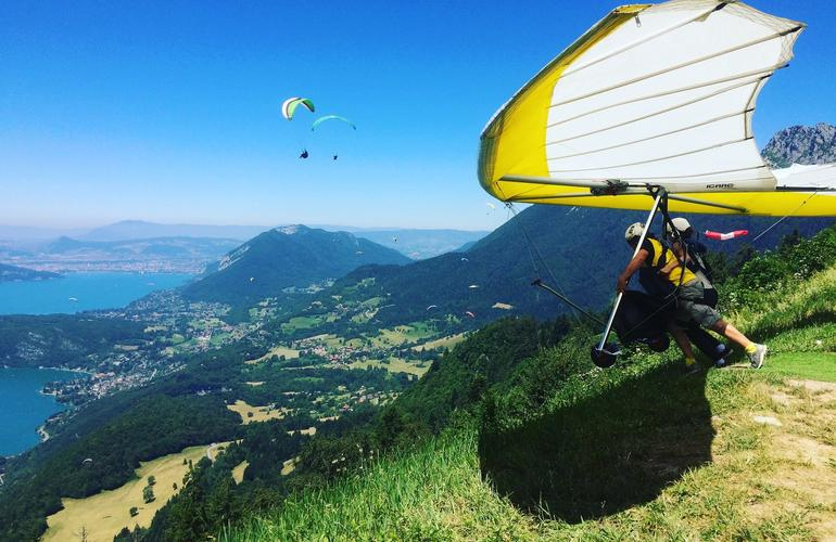 hang gliding tandem flight above annecy 39 s lake. Black Bedroom Furniture Sets. Home Design Ideas