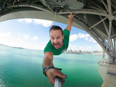 Bungee jumping (40 m. Ocean Touch) from Auckland Bridge